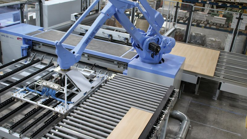 In the new batch size 1 system from Goldbach Kirchner, the SAWTEQ B-320 (HPS 320) panel saw with robot management is used for cutting. This part of the system processes the cutting patterns delivered by the production control system fully automatically.