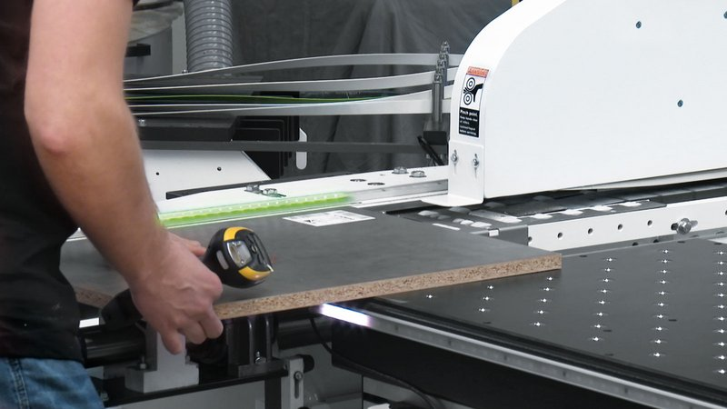 Using LED strips, at the workpiece infeed area on edge banding machines, intelliGuide shows the operator how they should proceed