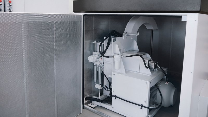 Compact, practical and quiet: a robust disk chipper connected to a waste container is at the heart of the automatic waste removal system. The system is completely encapsulated and housed in a soundproof cabinet.