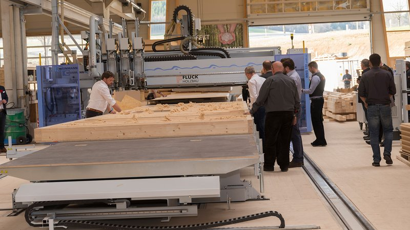 Production hall at Fluck Holzbau WMS 150 blowTEC multifunction bridge from WEINMANN