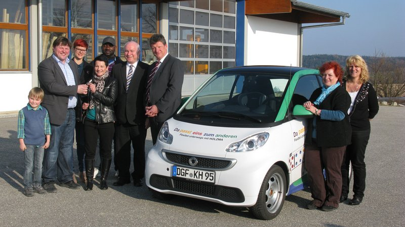 HOLZMA donates smart fortwo to the children's cancer charity Kinderkrebshilfe