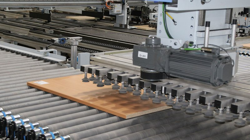 Views into the edge line circulation, the sorting magazine and the throughfeed drilling machine.