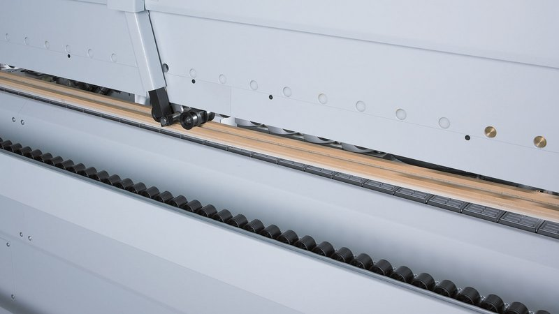 V-belt top pressure for outstanding quality, as it ensures that workpieces are ideally clamped for processing