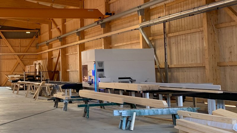 The whole beam processing is done automated with the WEINMANN carpentry machine BEAMTEQ B-540.