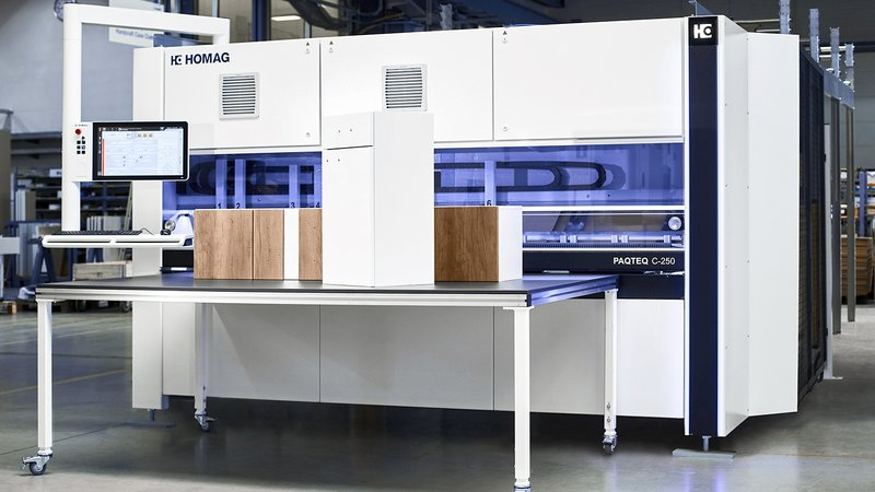 The cardboard-box cutting machine PAQTEQ C-250 from is designed for use in both stand-alone operation as well as for integration at the start of a packaging line.